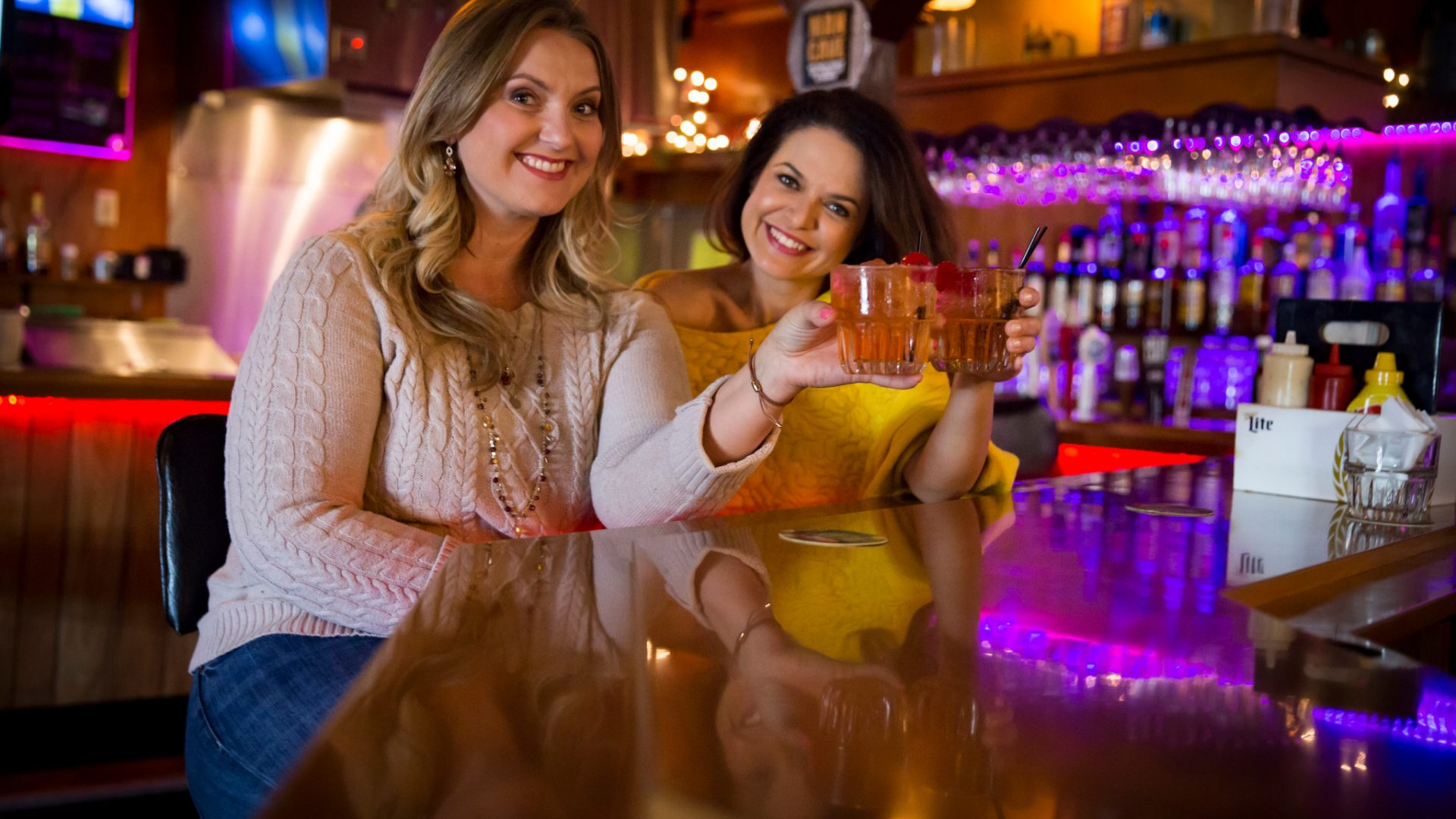 women drinking old fashioneds at a bar wisconsin